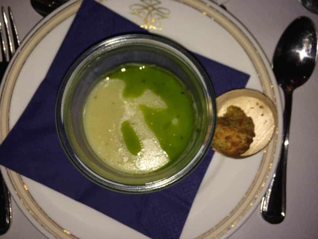 Kartoffel- og porresuppe med persilleolie serveret med surdejsbolle, smør og sprød falafel.
