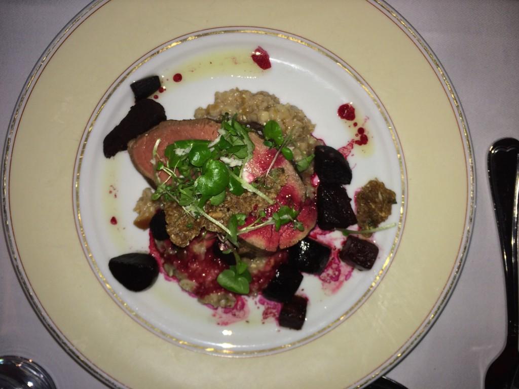 Oksetournedos med langtidsbagte rødbeder i æbleeddike serveret med grød af ristet korn med krydderurter og peberrod.