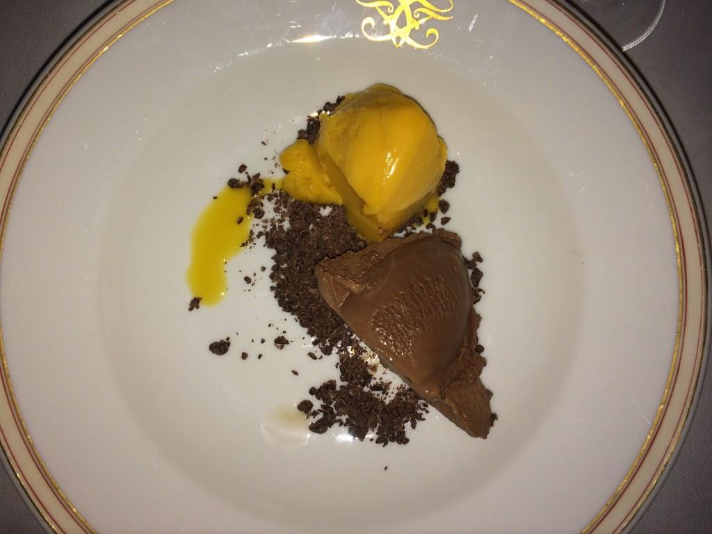 Nordisk isdessert: Chokolade- og honningflødeis med havtornsorbet drysset med knust mørk Oialla chokolade
