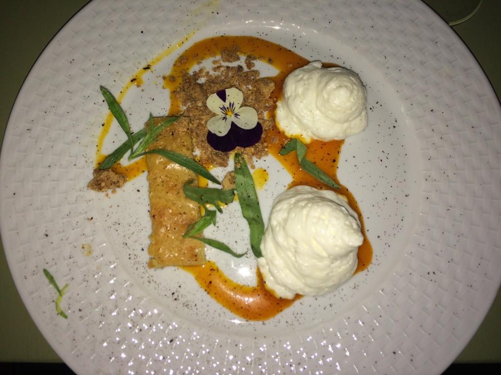 Revet lakrids på blondie-kage, yoghurtsifon med viol og coulis af havtorn