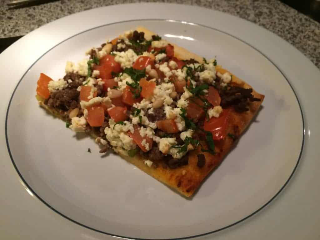 Pizza med krydret oksekød, feta og mynte