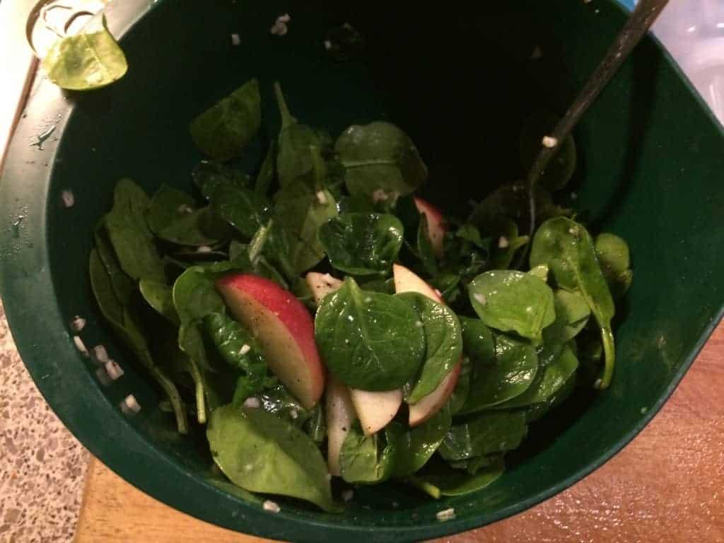 Spinat, æble og hvidløg smagt til med salt og peber