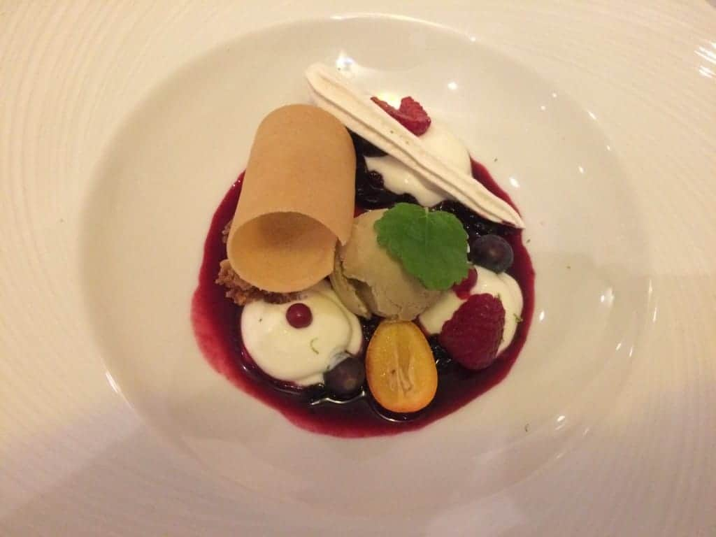 Ricottacreme og pistacieis med skovbærsauce
