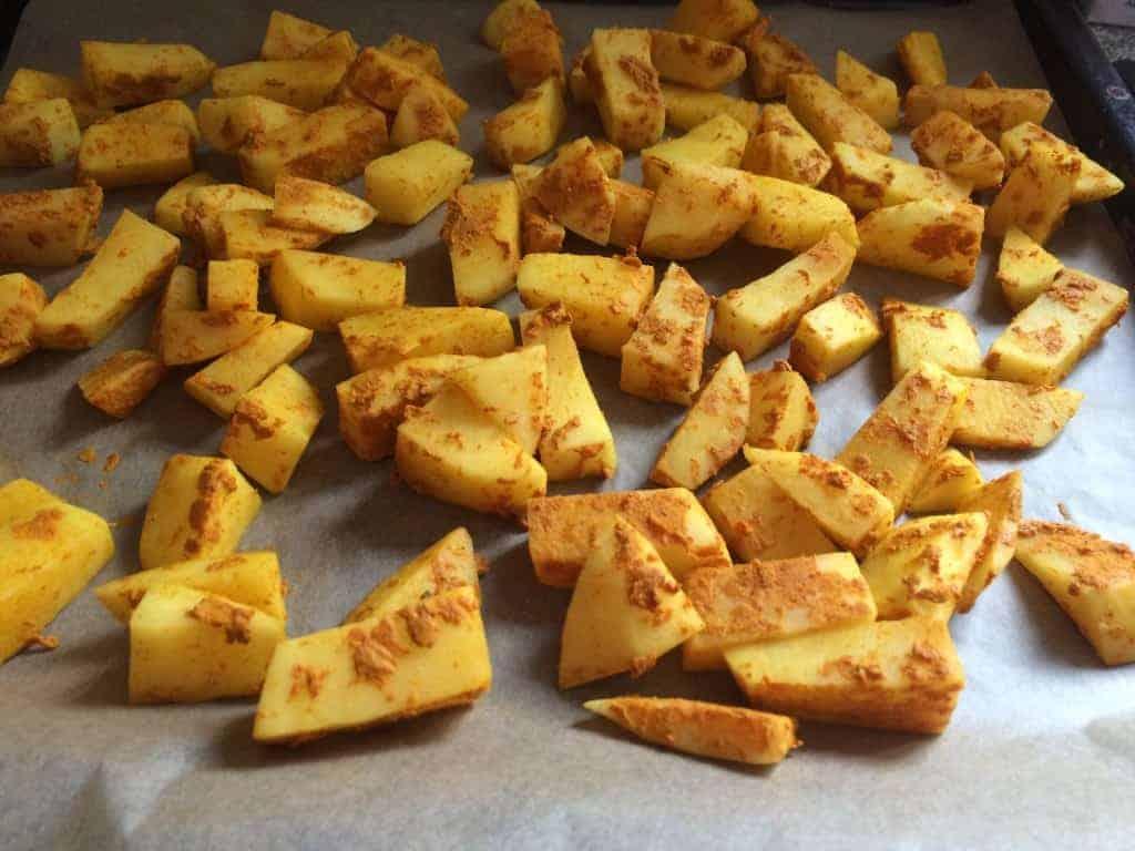 Gurkemejefritterne før de kommer i ovnen