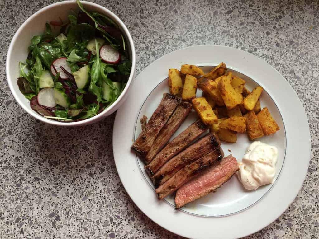 Flanksteaks med gurkemejefritter og aioli (og en grøn salat).