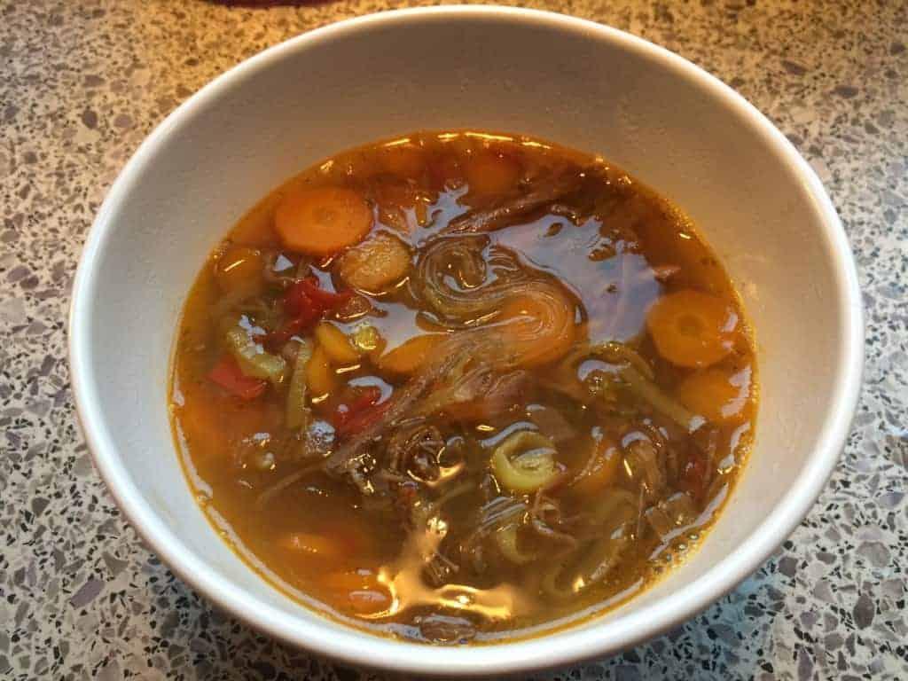 Klar oksekødssuppe med grøntsager og glasnudler