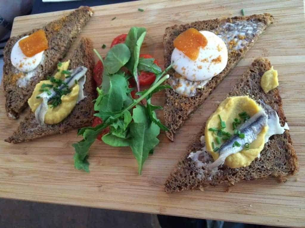 Rugbrødsmadder med græsk ost og hestebønnepure og sardin