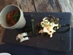 Krydrede røde linser med marineret sild og grønne linser med krydderurter og rejer
