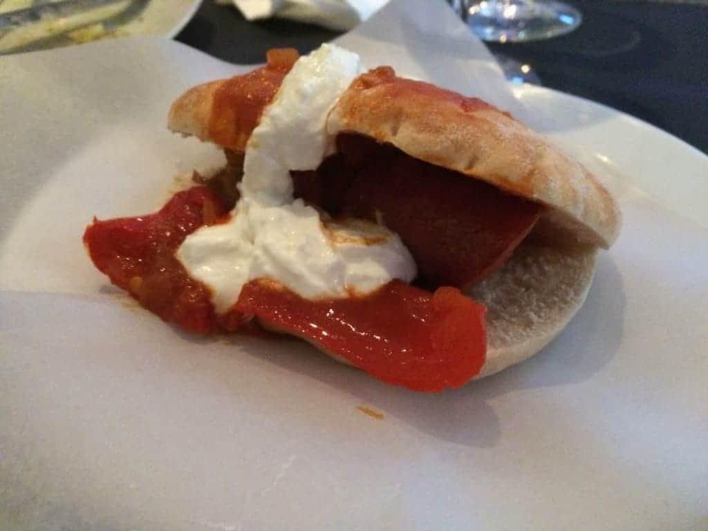 Krydret pølse med 2 slags peberfrugt, tomatsauce og græsk yoghurt