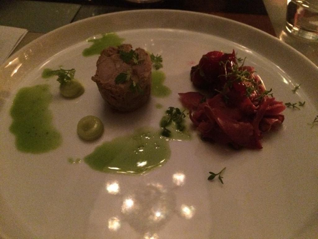 Paté af skånsk vildsvin med æblecider, kørvelemulsion og rådyr. Champagne: Michel Rocourt Rose de Mesnil 2007