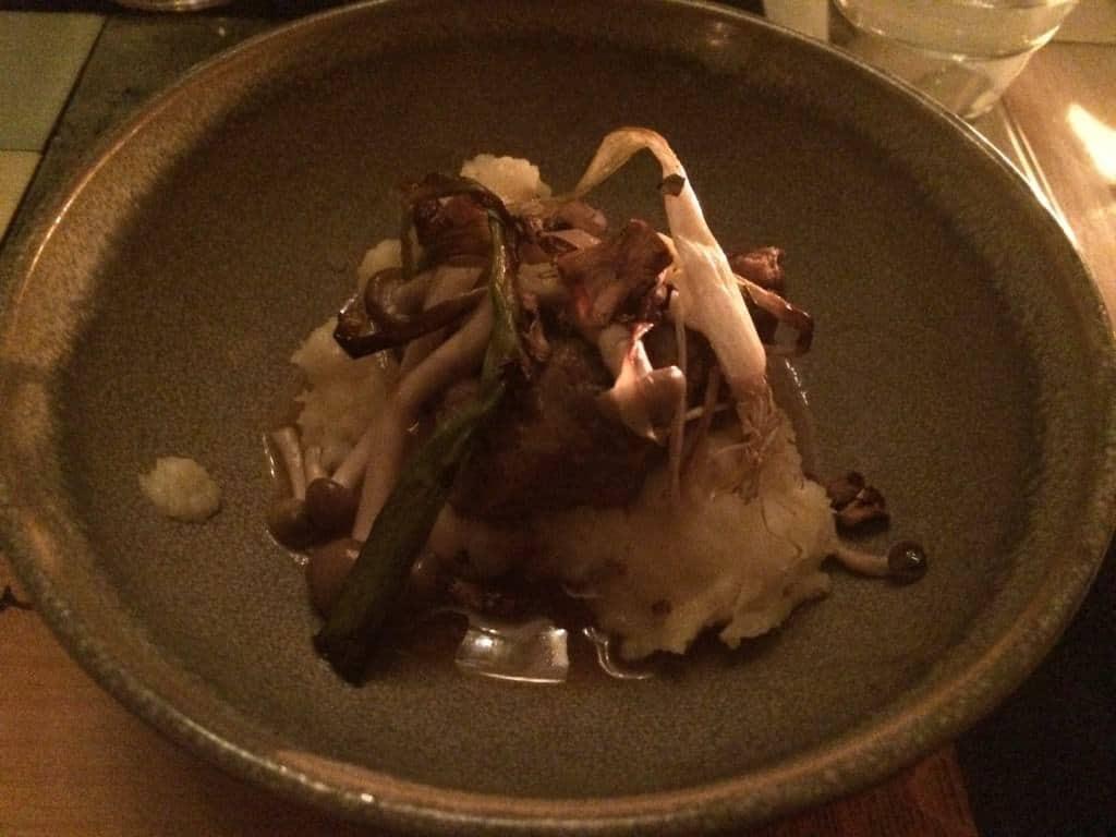 Braisserede svinekæber med rørhatte og syltede små svampe. Champagne: José Michel Special Club 2007