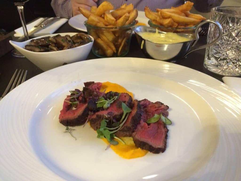 Perfekt pink oksemørbrad, steak fries, smørsauterede vilde svampe, bearnaise og portvinsglace