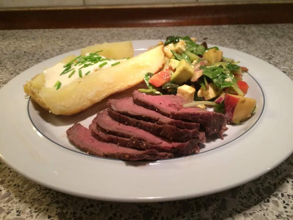 Roastbeef med bagekartofler, Gert dressing og alt-mulig-salat
