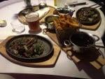 Oksemørbrad med bearnaise, bordelaise, smørstegte løg og fritter