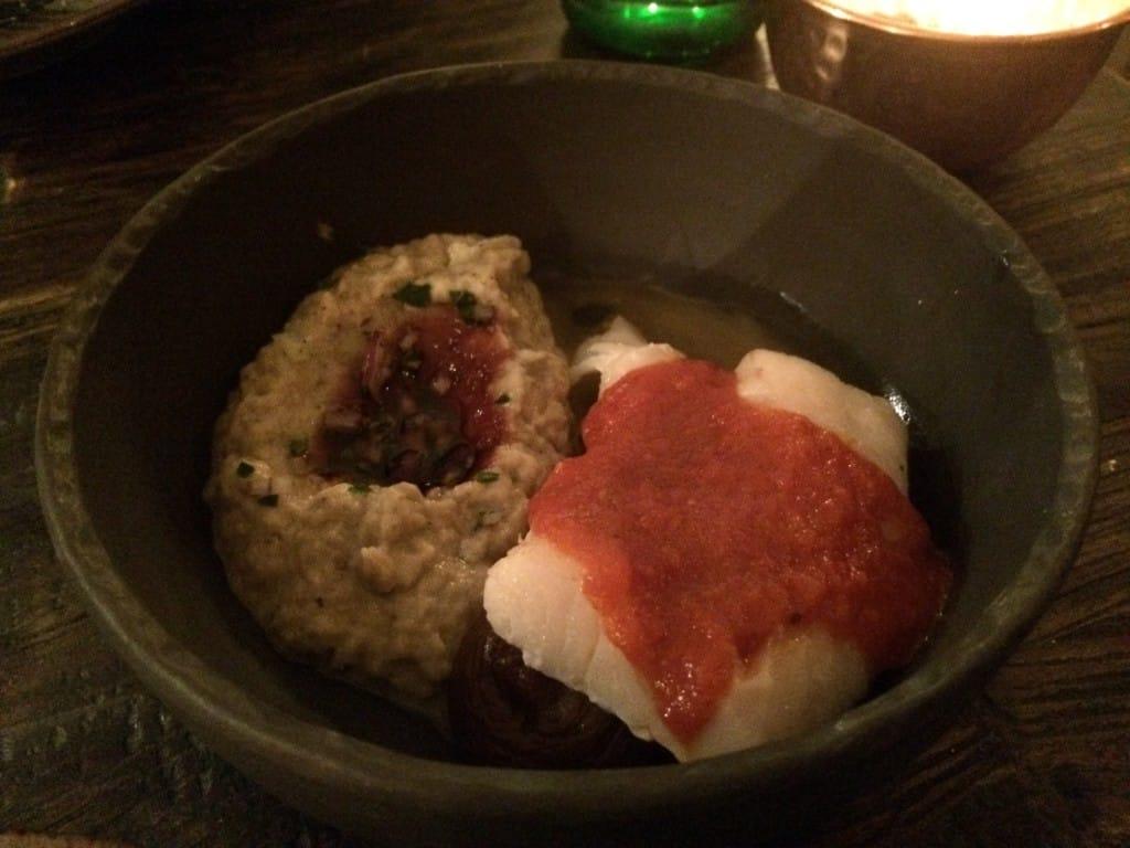 samaka mashawii (ovnbagt fisk med tomat) med daddelkompot og baba ghanouj (auberginemos med hvidløg og tahini) med granatæblesirup.