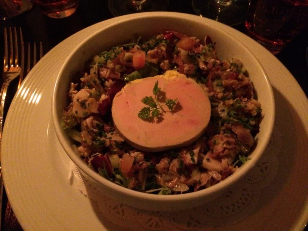 foie gras terrine på en salat med syltede kastanjer, tørret andebryst, valnødder, svampe, bladselleri og tomat