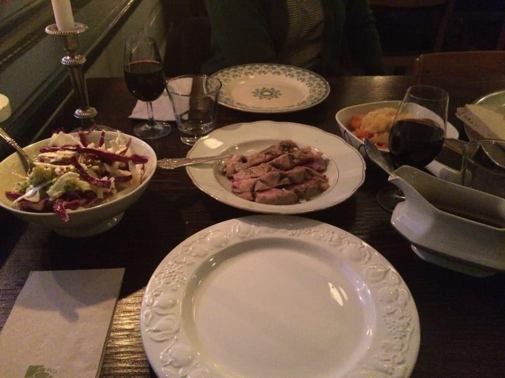 Lammekølle med kålsalat, bouillonkartofler og skysovs