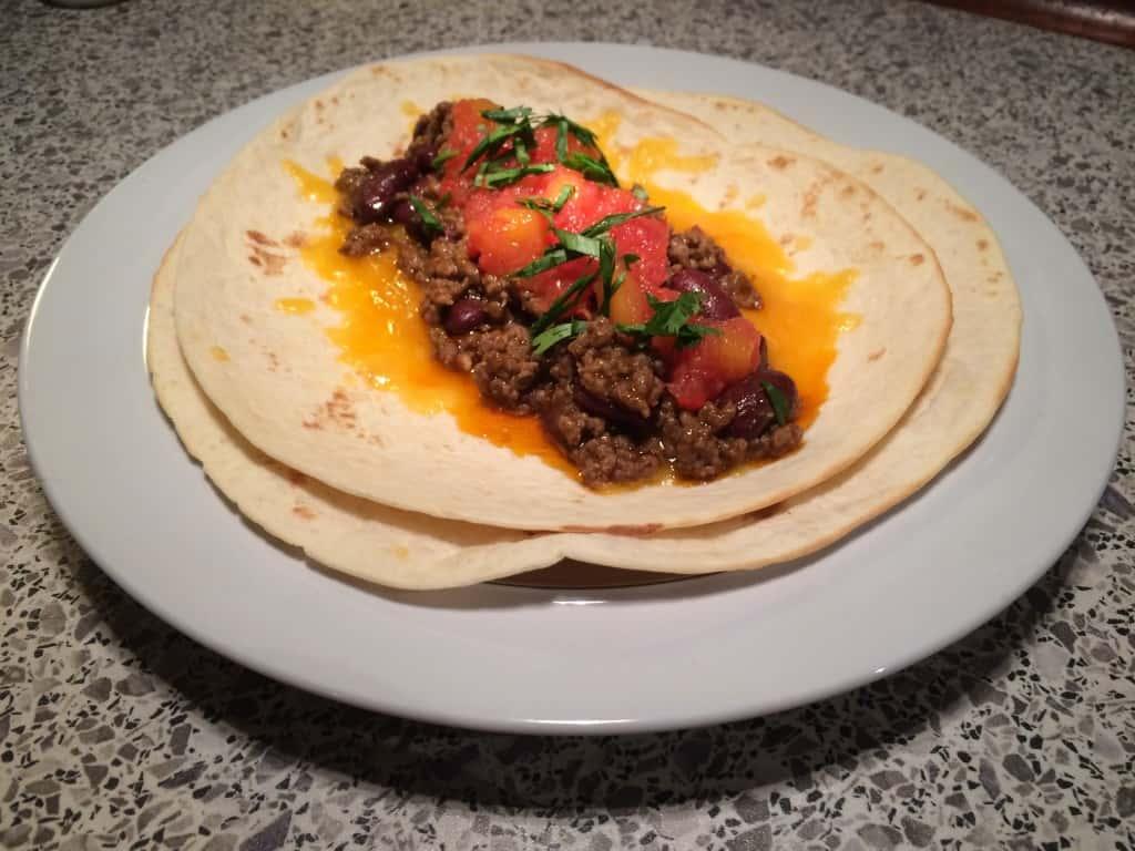 Åben burrito med krydret oksekød og mango relish