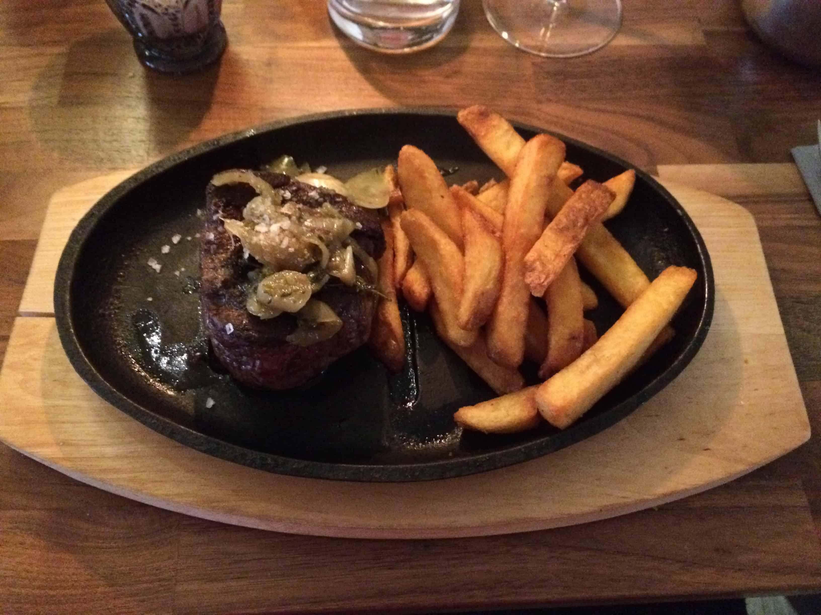250 g mørbrad fra New Zealand med grove fritter og bearnaisesauce