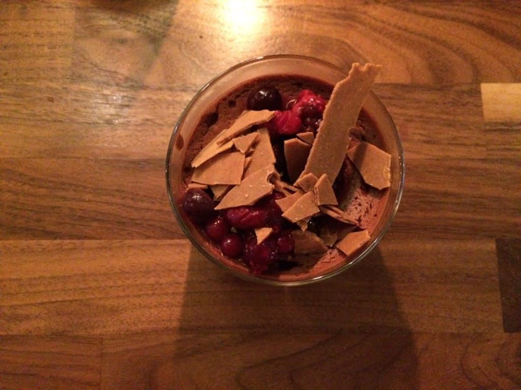 Chokolademousse med brændt hvid chokolade og bær