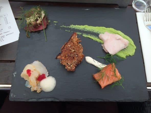 Hellefisk med ølskum, råmarineret laks, pulled pork, kamsteg med ærtepuré og oksefilet med karl-johan svampe