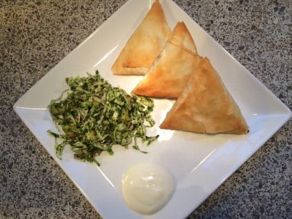 Samosa med oksekød og urtesalat