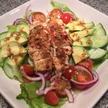 Kylling og avocadosalat med honning-sennep dressing