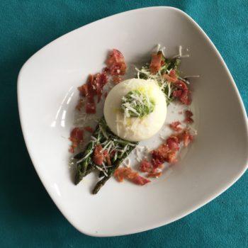 Stegte asparges og pocherede æg med persillepesto, bacon og friskrevet parmesan