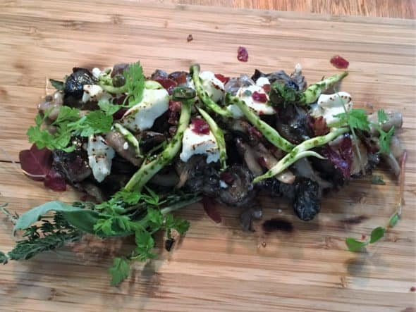 Syv slags svampe med serranoskinke, trøffelolie, skovens urter og gedeost