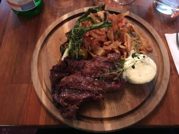 Entrecôte med grillede grøntsager, sprød pastinak og bearnaise sauce