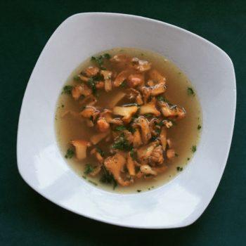 Kantereller stegt med hvidløg og persille i baconbouillon